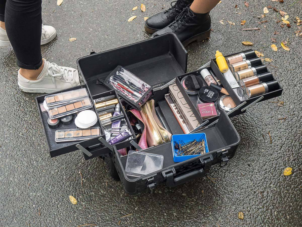 Makeup-Artist beim Shooting